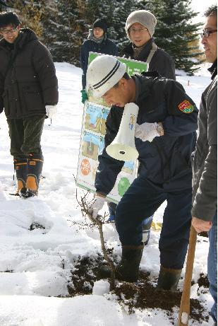 植林開始前に札幌市森林組合の増田さんより説明を受ける。